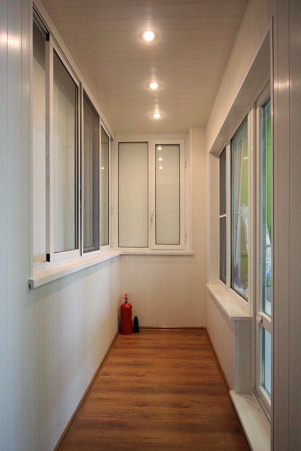 Варианты остекления балконов илоджий: примеры работ.